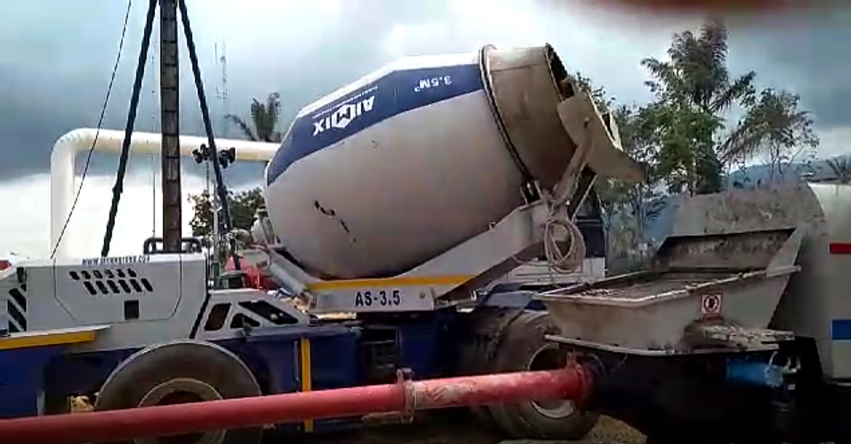 3 5B Self loading concrete mixer truck Working Video in Pekanbaru, Indonesia